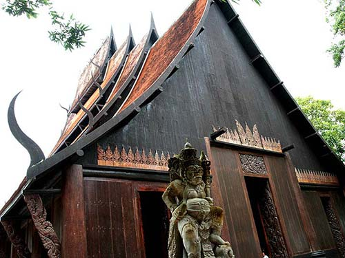 Baan Dam Museum, house and statue.