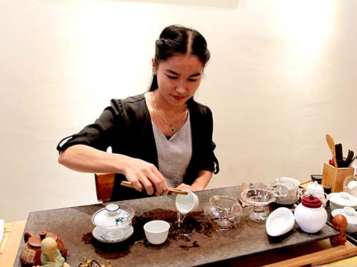 Preparing tea, Cha Prasert Teahouse.