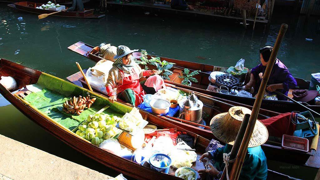 Some boats in the Damnoen Saduak floating market.