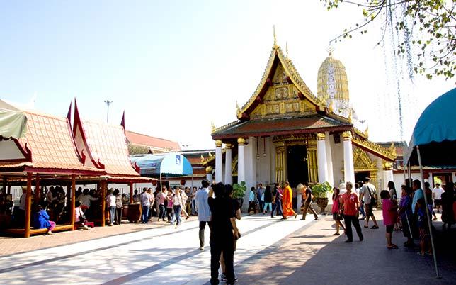 Wat Mahathat, the main monastery in Phitsanulok.