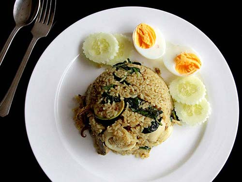 Rice with green curry and squid.