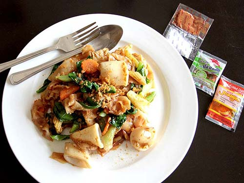 Sauteed rice noodles with seafood in soybean paste.